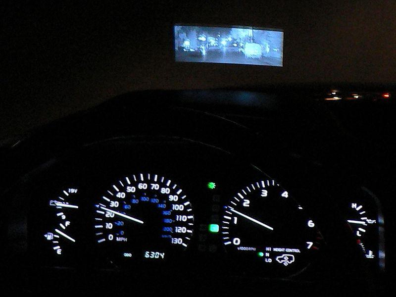 Night View vision w Lexusie pojawiło się już w 2002 roku w modelu LX470. Obraz nie był wyświetlany na ekranie, ale na szybie tak, jak we współczesnych HUD-ach.