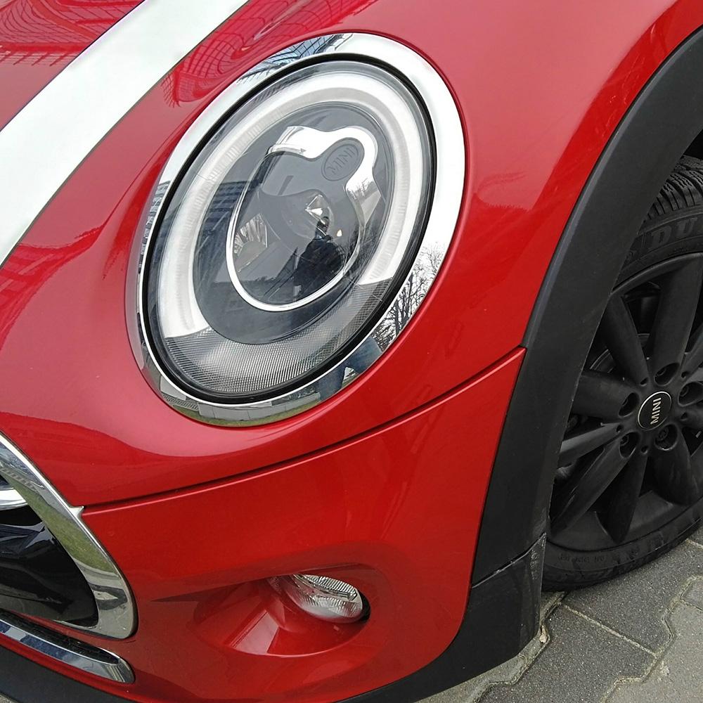 Czarna felga, białe paski, czerwone nadwozie. Konfiguracja jak z reklamy.