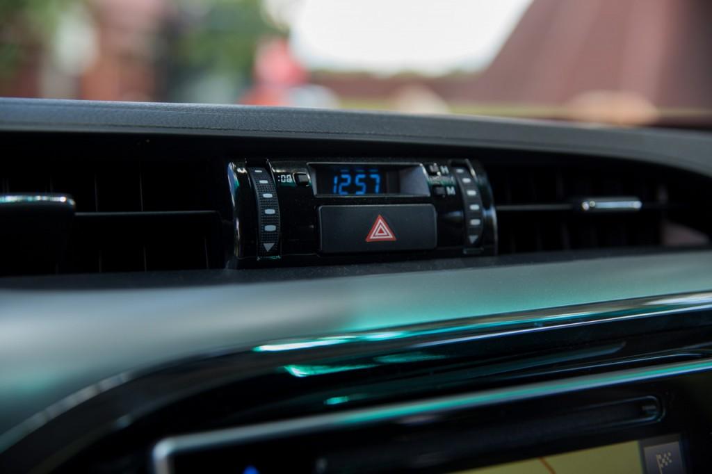 Ja nie wiem co Toyota (i Lexus) mają z tymi oldshoolowymi zegarkami. To już chyba taki ukłon w stronę tradycji. W Hiluxie pojawia się mnóśtwo zaawansowanych systemów bezpieczeństwa, auto