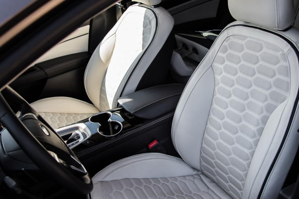 Fotele w Vignale nie tylko świetnie wyglądają, lecz także zapewniają komfort godny klasy premium. Po wybraniu pakietu Seat Luxury (4,6 tys. zł) fotele będą albo podgrzewane, albo klimatyzowane. Nie mylić z wentylowanymi! Tutaj z perforacji w tapicerce leci naprawdę chłodne powietrze. Ford (nie tylko w Vignale) oferuje najskuteczniej chłodzone fotele, z jakimi się spotkałem. Posiadają również pompowane boczki siedziska i oparcia i generalnie wszystkie regulacje, jakich można oczekiwać po fotelach klasy premium. Ale to nie wszystko…